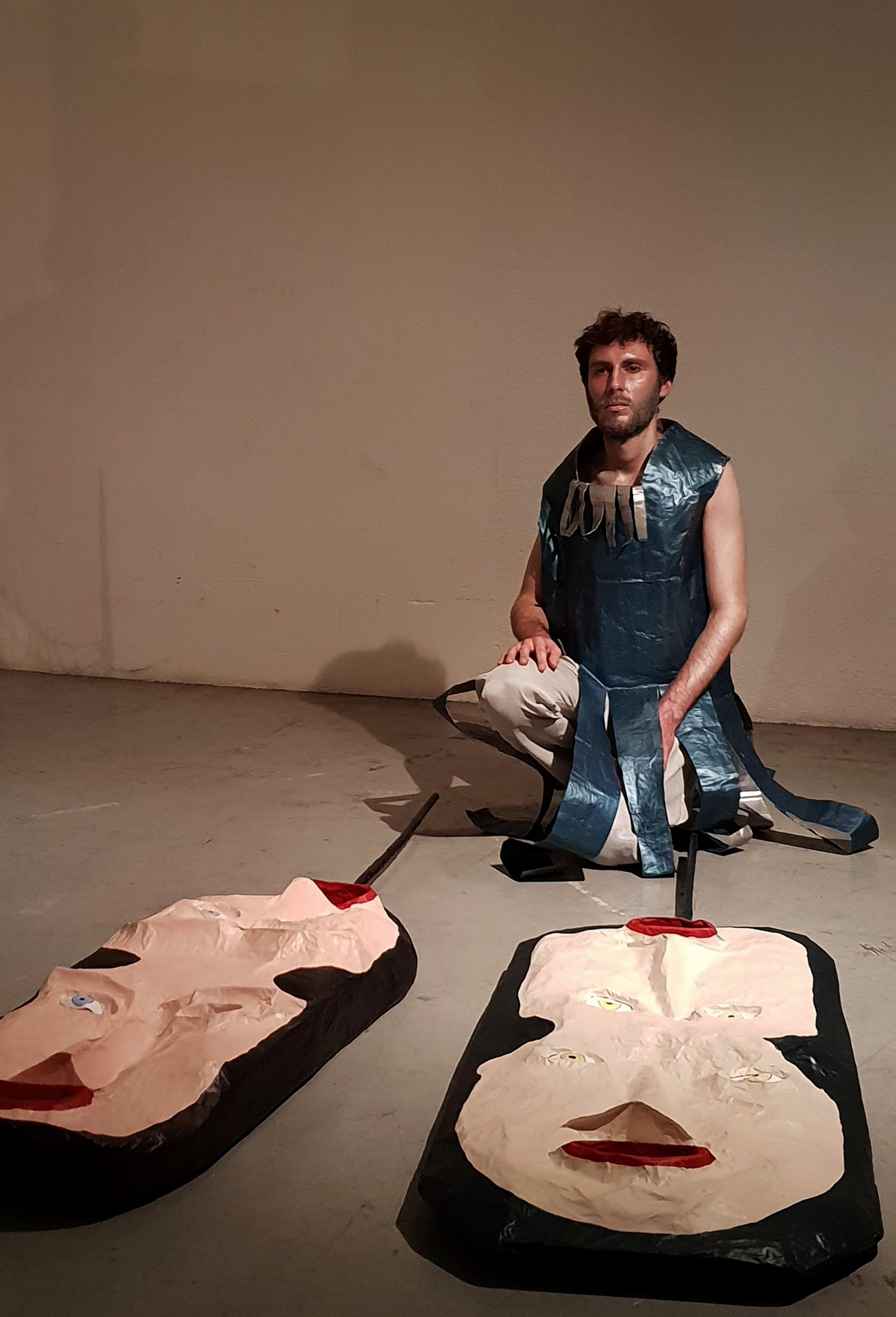 Alex Hays, costume, objets et performance