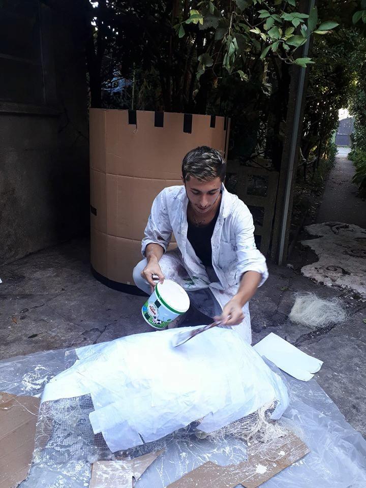 Armand Passemard travaille sur sur costume.