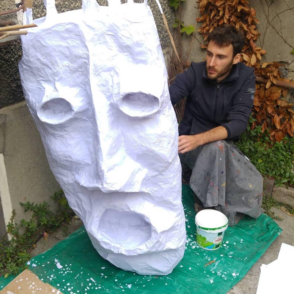 Alex Hays travaille sur sa sa tête de géant.
